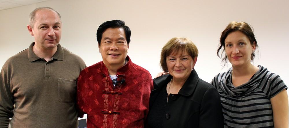 A kiadó mnkatársai egyik lefontosabb írónkkal, Mantak Chia-val